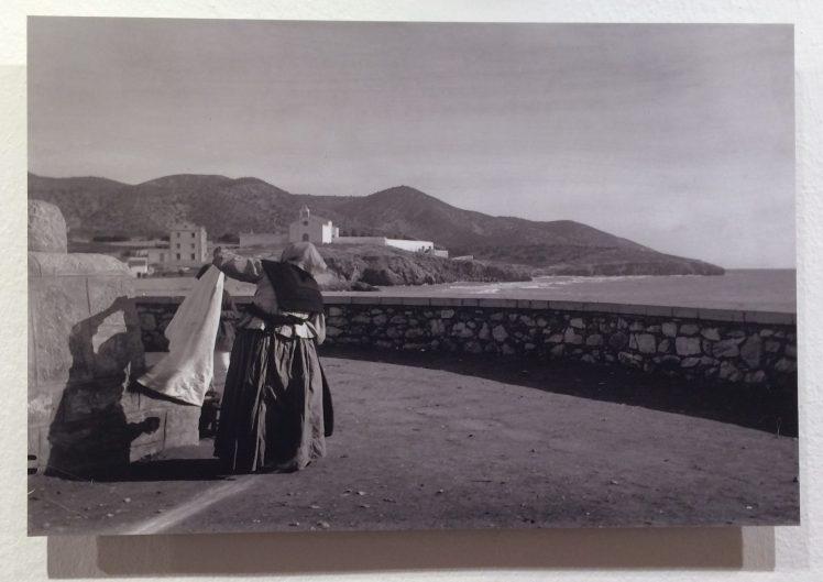 Josep Anton Gomis i Perales. Dona plegant llençol, Sitges. 1910-1915