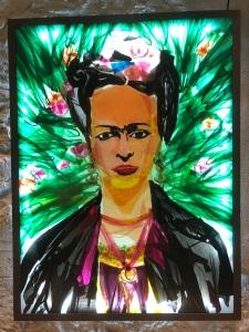 """Mario Pasqualotto. Frida in plastic bags: """"Ahí les dejo mi retrato"""". 2009. Ferro, metracrilat, instal·lació elèctrica i bosses de plàstic."""